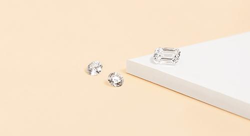 des belles boucles d'oreilles en diamant